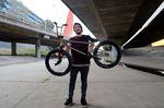 Rasier dich mal, du Hippie! Jonas Bader und sein neues Rad in Sydney.