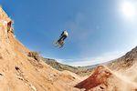 Fabio Schäfer springt eine Hip auf dem Red Bull Rampage Gelände in Utah, USA - Foto: Jannik Hammes