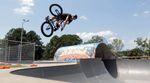 Sonne + riesige Bowls: Michael Hanfler hat ein paar Clips in den vielen guten Skateparks gefilmt, die es an der australischen Gold Coast gibt.