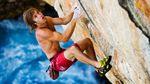 Chris Sharma klettert in einem Modell von Evolv | Foto: Reel Rock