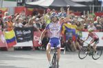 Thibaut Pinot (Groupama-FDJ) kann sich gegen Simon Yates (Mitchelton Scott behaupten und holt sich den Sieg auf der 19. Etappe auf dem Col De La Rabassa (Foto: Sirotti)