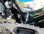 """Yates Scott Addict ist mit einer kompletten Shimano Dura Ace Di2 ausgestattet. Auf dem Bild ist auch ein Kettenfänger aus dem K-Edge Regal zu sehen - gebrandet mit dem Team-Logo. Der """"Chain-Catcher"""" liegt neben dem kleinen Blatt und verhindert den Fall der Kette auf das Tretlager."""