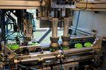 Viele der Herstellungsprozesse bei Tacx sin voll automatisiert. Diese hier abgebildete Maschine schraubt grade Deckel auf Trinkflaschen.