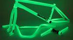"""Zum 20-jährigen Dienstjubiläum des 41-Thermal-Verfahren gibt es von Odyssey und Sunday Bikes eine streng limitierte Serie mit """"Glow in the Dark""""-Produkten."""