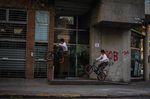 Elian Teves aka @420flush mit einem mächtigen Satz auf Rosarios Straßen