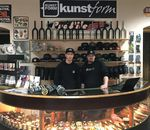Piet Savelsberg (links) und Thommy Ebeling an der Theke des kunstform BMX Shops Berlin