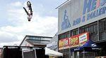 Bobo Ujvari, Simon Moratz und Stefan Schlie waren in Memmingen um mit ihrer mobilen Jumpox eine Show vor dem Rad- und Rollercenter Heiss zu fahren.