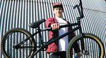 Früher hätte es für so etwas Freiburgverbot gegeben: In diesem Bikecheck stellt der AllRide-Teamfahrer Timothy Jones uns seinen neuen Wagen von Flybikes vor