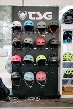 Von TSG gibt es Helme in allen erdenklichen Formen, Farben und Größen und größtmöglichen Schutz bieten die Dinger obendrein