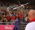 Bradley Wiggins triumphierte und hielt sein Pinarello Bolide HR in die Luft. (Foto: Jaguar)