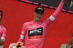Am Ende der zweiten Etappe übernimmt Rohan Dennis (BMC Racing) die Führung der Gesamtwertung und somit das maglia rosa. Durch seinen Sieg im zweiten Zwischensprint erhielt er wertvolle Bonussekunden. Er liegt jetzt eine Sekunde vor Tom Dumoulin (Team Sunweb). (Foto: Sirotti)