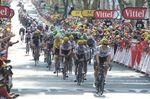 Das Peloton mit dem gelben Trikot rollte recht entspannt 12 Minuten nach Boasson Hagen ins Ziel. (Foto: Sirotti)