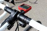 Auf Schlecks Rad finden wir einen SRM Power Control 7-Radcomputer und eine Shimano Satelliten-Schaltung, sodass er die Handposition nicht bewegen muss, um zu schalten. Das ist vor allem beim Klettern hilfreich. Der Bontrager XXX Carbon-Vorbau ist 130mm breit und klemmt den Bontrager RL Alu-Lenker.