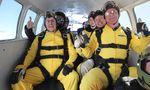 Hayes mit seiner Familie vor dem Sprung. Foto: Skydive Buzz