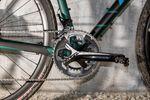 Das Gravel-Bike wird von einer Shimano 105er-Gruppe angetrieben.