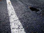 Schlaglöcher können überall lauern. Fahre vorausschauend, um potentiellen Gefahren wie dieser aus dem Weg zu gehen.