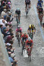 Die verwinkelten, schmalen und leicht ansteigenden Straßen zum Ziel boten die Bühne f‼r ein spannendes Final der 11. Etappe (Foto: Sirotti)