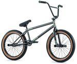 Rahmen, Gabel und Lenker sind bei dem Type-A-Komplettrad von Fiend BMX komplett aus Chromoly. Plastikpegs und -Pedale halten die Skater bei Laune und für den Fiend-Sattel mit Jeansbezug gibt es extra Stylepunkte
