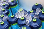 Trinkflaschen aus Kunstoff sind im Profipeloton Standard, denn sie sind leicht, preiswert und die Verletzungsgefahr durch auf der Straße liegende Flaschen ist geringer als bei Metallflaschen.