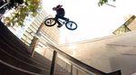 Spencer Ryan hat im Auftrag von Radio Bikes ein paar Streetmissionen abgehakt, darunter ein riesiger 360 über und ein dicker Over Icepick an einem Handrail.