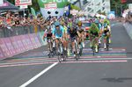 Vincenzo Nibali gewann den Sprint um den dritten Platz und erhielt vier Sekunden Zeitgutschrift. Damit befindet Nibali sich auf Platz drei der Gesamtwertung. Foto: Sirotti