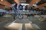 Jonas Lindermaier wirbelt mit einem 360 Whip über die Spine in der WUB Skatehalle Innsbruckl