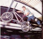 Superman Seatgrab in der Skatehalle Oldenburg mit Hawaiihemd, Mutation-Handschuhe, Kneepads von wethepeople und zweieinhalb Pegs (2000); Foto: Kay Clauberg