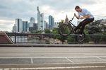 Sebastian Anton schnickt seinen Lenker vor der Skyline von FFM