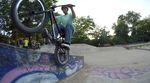 """Der Startschuss für die neue """"Heavy Biking Club""""-Videoreihe von Angelo Kurzt fällt in Köln-Ehrenfeld, genauer gesagt im Salatschüssel-Skatepark. Yeww!"""