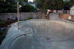 Torben legt im Deepend des Pools seine Karre flach