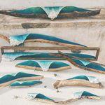 Treibholz bildet die Basis für die Kunstobjekte aus Gips – Credit: Johny Surf Art