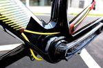Die patentierte Kabelführung ist komplett intern. Wie man sieht, werden die Kabel am Tretlager vorbeigeführt und im Inneren des Rahmens verteilt, damit kein unnötiger Luftwiderstand erzeugt wird.