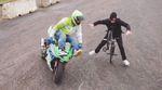 Lee Musselwhite fährt in diesem Video eine Flatlandsession mit einem Motorradfreestyler.