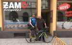 Der freundliche Fahrradhändler in Opava hatte ein passendes Bike für Jonas auf Lager.