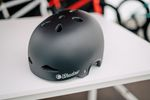 """Mit dem """"Featherlight In-Mold"""" war es das erklärte Ziel von The Shadow Conspiracy, einen stylischen Helm zu produzieren, der optisch an die früher beliebten Weichschalenhelme erinnert, aber einen viel einen viel besseren Schutz gewährleistet. Denn in dieser Hinsicht waren die Dinger bekanntlich ein Griff ins Klo. Das ist gelungen, denn der Featherweight sitzt nicht nur niedrig auf dem Kopf, sondern erfüllt auch die CPSC- und EN 1078 Standards"""
