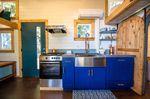 Eine normale Eingangstür neben der Küche - Foto: Tiny Heirloom