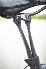 Die mit Sattel- und Stützenspezialist Ergon entwickelte VCLS 2.0 Seatpost verbindet die beiden Stützstreben über eine schwingend aufgehängte Blattfeder und soll so vor allem die kleinen Schläge von der Wirbelsäule fernhalten.