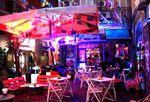 Bunte Lichter und leckere Cocktails in der Shanti Art Musik Bar bringen sofort gute Laune. Foto: Martina Zollner