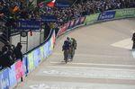 Paris-Roubaix 2016: Tom Boonen mit seinen Verfolger im Velodrom von Roubaix. Foto: Sirotti