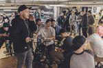 Vollgas Richtung Heiserkeit: Daniel Fuhrmann erklärt den Teilnehmern der kunstform Stock Session die Spielregeln