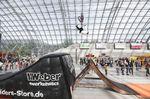 Neben dem BMX-Minirampencontest hatte die MTB-Fraktion einen Luftkissensprung aufgebaut und Julian Bachmannn ließ es sich nicht nehmen, ein paar Stunts darauf zu performen. Flip (Double?) Whip auf locker