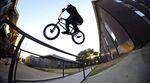 Brad Simms hat im Auftrag von Merritt BMX diverse Streetspots in Austin dem texanischen Erdboden gleichgemacht. Mehr dazu in diesem Video.