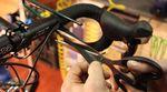 Für einen geraden Abschluss empfiehlt es sich, das Band auf dem letzten Stück schräg abzuschneiden um es dann sauber mit Isolierband umwickeln zu können.