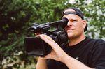 Nachdem The Medialist der Filmerszene im vergangenen Jahr bereits den Heckenscherenstyle geschenkt hat, perfektionierte in Leipzig noch den Kinn-Kamerastabilisator