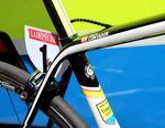 Specialized S-Works Tarmac - Kabelgehäuse, eine versenkte Sattelklemme und die Lackierung, die an Contadors Grand Tour Erfolge erinnert. Sein Specialized S-Works Tarmac steht da wie eine Eins.