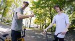 Ein bescheuertes Konzept bestmöglich ausgeführt: Max Bergmann und Tim Blaskowski gönnen sich am Welfenplatz in Hannover eine Runde
