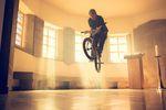 Barspin Bunnyhop von dem BMX-Fahrer Vincent Unrath