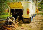 Beim Bulli stehen Reparaturen regelmäßig auf dem Programm – Credit: kombilife.com