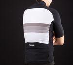 Die helle Rückenpartie ist perforiert und sorgt für gute Ventilation. Außerdem erkennbar: die vier Rückentaschen, eine davon mit Reißverschluss und zum Rücken hin wasserabweisend. Foto: Martin Schlichenmayer