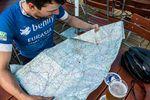 In der Mittagspause wird die – sichtlich beanspruchte Straßenkarte – studiert. Foto: Arian Schlichenmayer